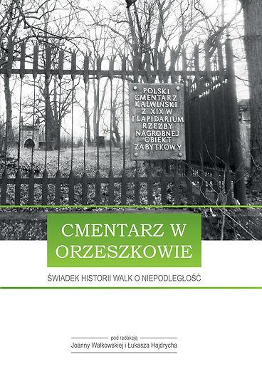 """Okładka książki """"Cmentarz w Orzeszkowie - świadek historii walk o niepodległość"""". Na okładce czarno-białe zdjęcie przedstawiające bramę cmentarza"""