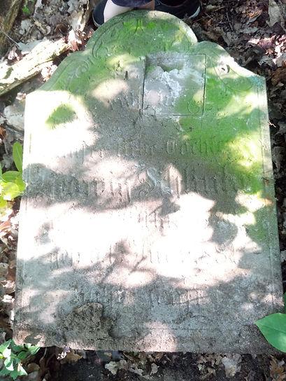 Nagrobek z inskrypcją pisaną stylem gotyckim