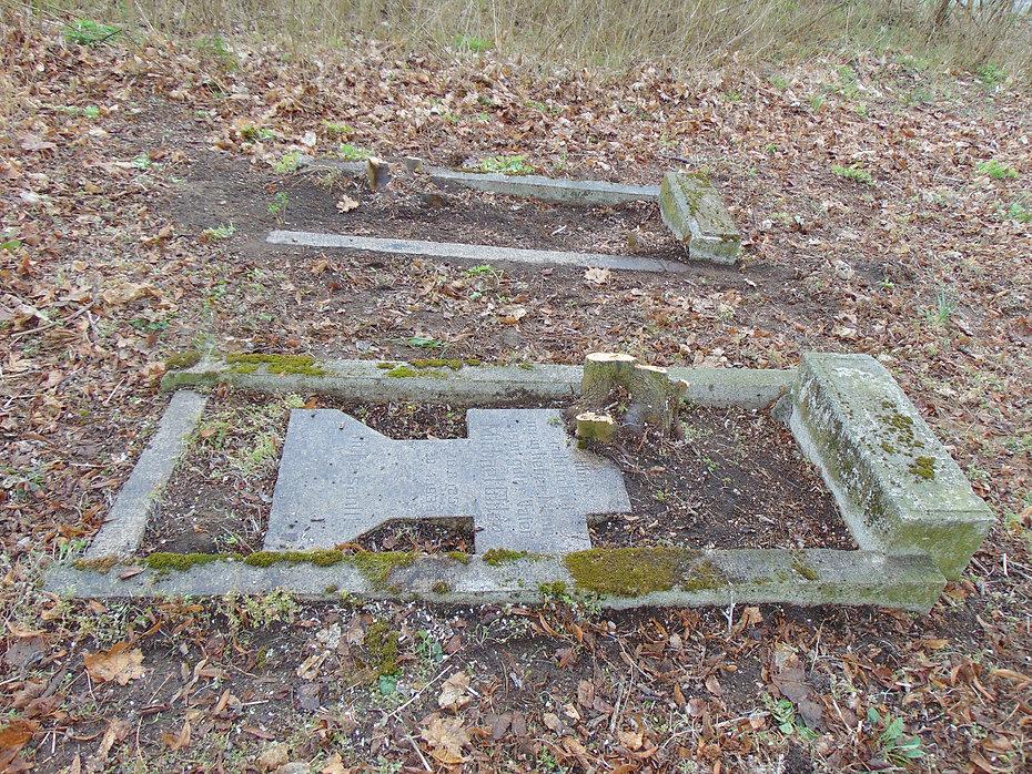 Nagrobki na cmentarzu w Siedleczku