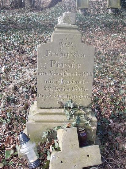 Nagrobek Franciszki Persoy z odłamanym krzyżem, z inskrypcją: Ś.P. Franciszka Persoy, ur. w Szwajcaryi r. 1800, um. w Oporowie 22 Lipca 1880 r. Prosi o westchnienie