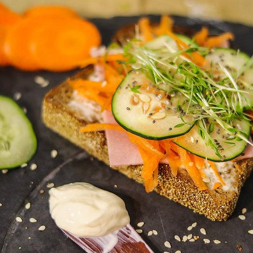 Sanduíche de Pão integral com presunto, cenoura, pepino e microgreens