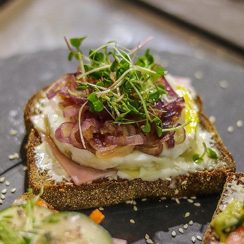 Sanduíche de Pão integral com ovo e cebola caramelizada