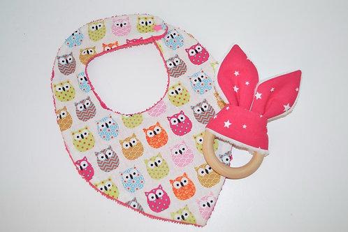 Cadeau de naissance : un bavoir bandana rose et un anneau de dentition