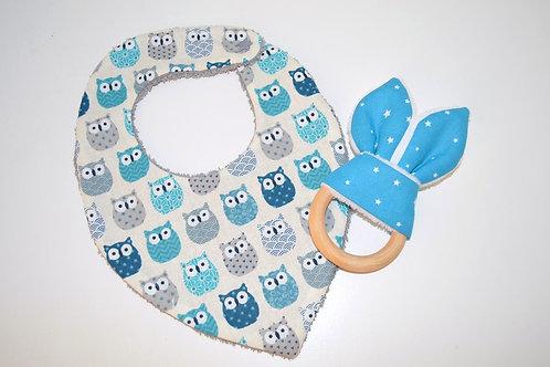 Cadeau de naissance : un bavoir bandana hiboux et un anneau de dentition