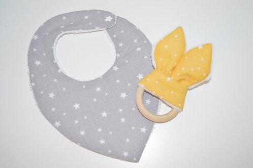 Cadeau de naissance : un bavoir bandana gris et un anneau de dentition