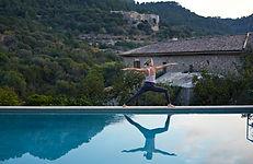 Yoga durch den Pool