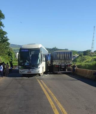 Colisão entre carreta bitrem e Ônibus é registrada na BR-163 entre Santa Lúcia e Lindoeste