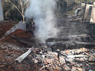 Incêndio destrói residência no bairro Alvorada em Marmeleiro