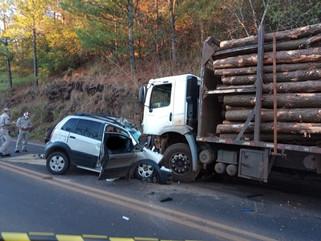 Homem morre ao colidir carro com caminhão na PR-180
