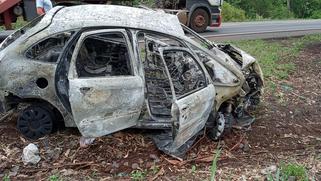 Carro pega fogo ao colidir em paredão de pedras na BR-163