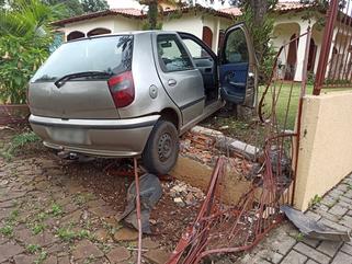 Homem fica ferido após perder o controle de veículo e bater em muro de residência