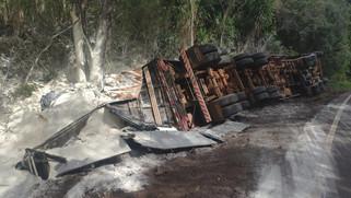 Caminhão tomba na PR-566 e motorista fica preso nas ferragens