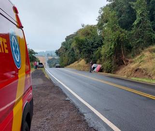 Carro bate em barranco, capota na PR-180 e duas pessoas ficam feridas