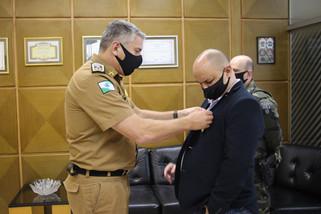 Comandante Geral da PM entrega medalha a agente aposentado da Polícia Federal Gildeto Meira