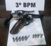 Homem é preso de posse de dois revólveres