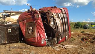 Caminhoneiro fica ferido em acidente na BR 163 em Capanema