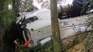 Caminhão carregado com arroz tomba na PR-182 e motorista fica ferido