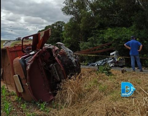 Jovem morre após colisão frontal entre carro e caminhão