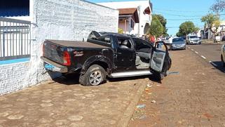 Ladrões fazem família refém e na fuga capotam caminhonete roubada em Santa Izabel do Oeste