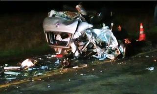 Homem morre em acidente envolvendo carro e dois caminhões na PRC-280