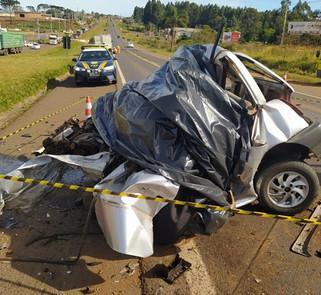 Jovem de 21 anos morre após colisão frontal entre carro e caminhão