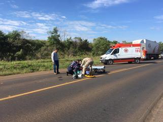 Condutor fica ferido ao colidir moto com caminhão na PR-483