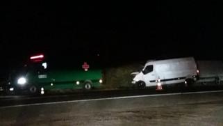 Colisão entre van e caminhão deixa um morto e um gravemente ferido