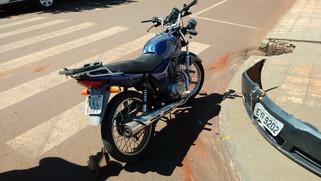 Motorista foge após colisão com motocicleta, mas deixa para-choque com a placa para traz.