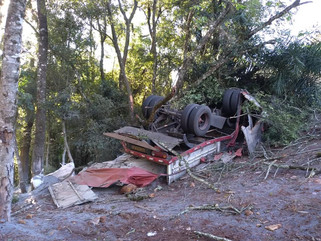 Acidente entre caminhão e carro deixa uma pessoa morta e outra ferida na PR-281