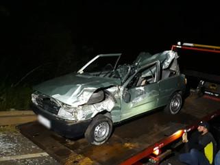 Rapaz morre após ser arremessado de carro em capotamento na PR-180