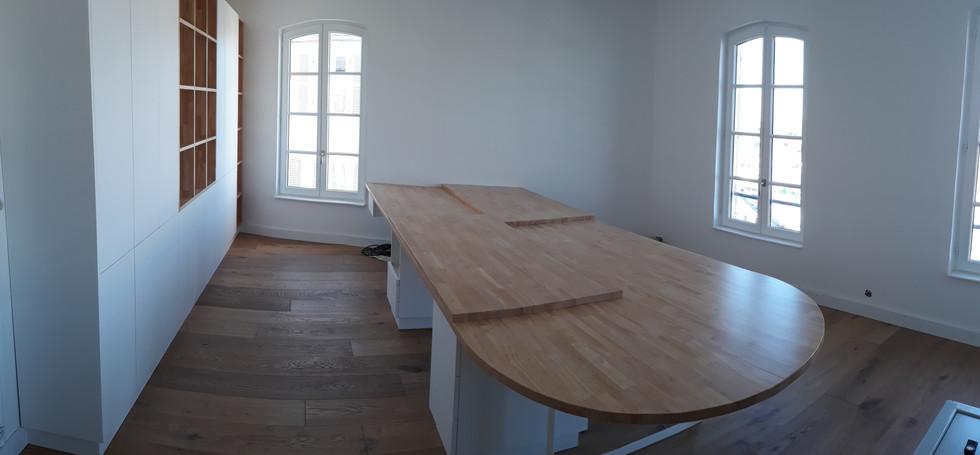 Table_et_bibliothèque.jpg