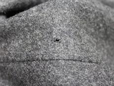 毛100%ワンピースの虫食い穴リフォーム
