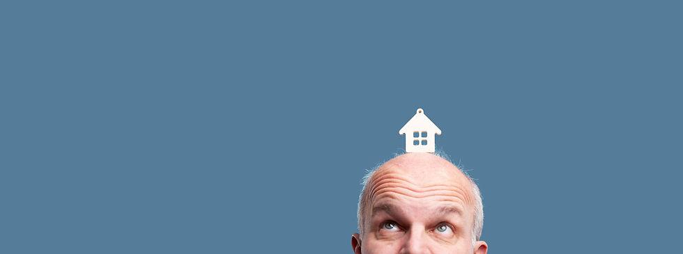 senior met huis op zijn hoofd.jpg