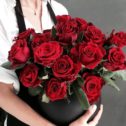 Mat Siyah Şık Vazosunda Kırmızı Güller