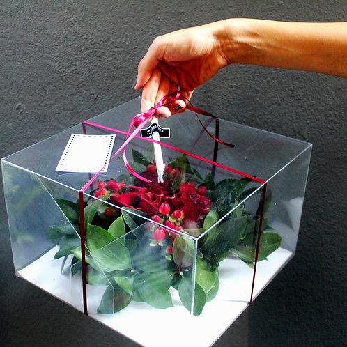 Şeffaf Kutu Tasarımı Kırmızı Güllü Masa Ortası Aranjmanı
