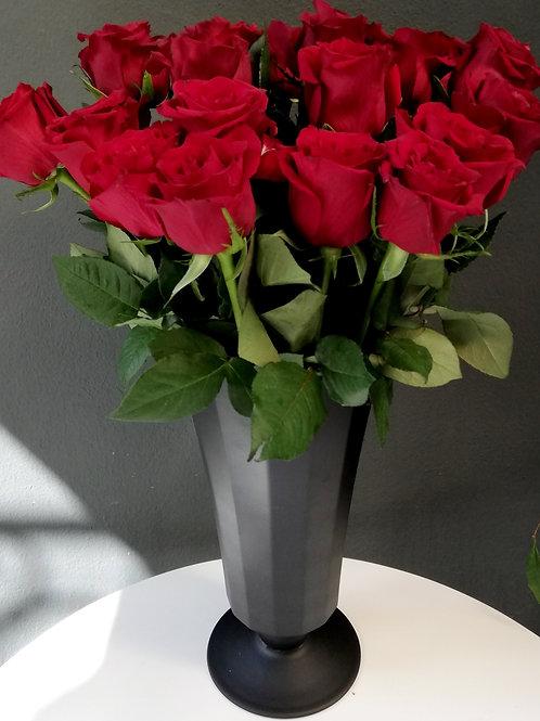 Mat Siyah Kadeh Vazoda Kırmızı Ekvator Gülleri