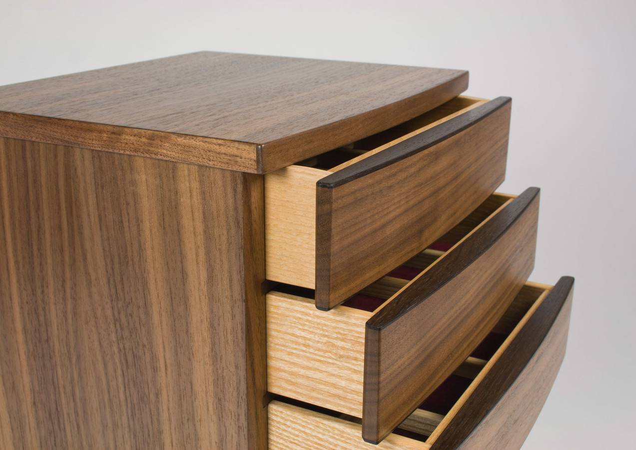 Curved front chest of drawers