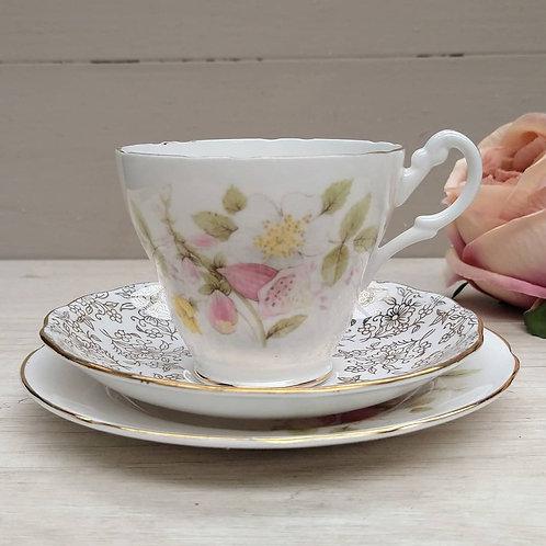 Trío de té armado, Porcelana Inglésa.