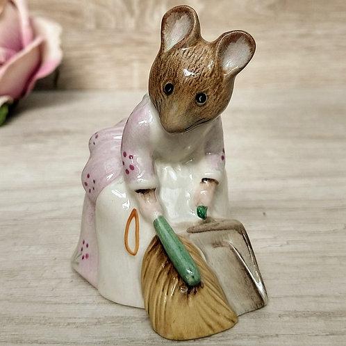 "Figuras de Peter Rabbit, ""Hunca Munca Sweeping"", Royal Doulton 1977"