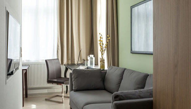 Wohnzimmer und Schreibtisch Studio Dresd