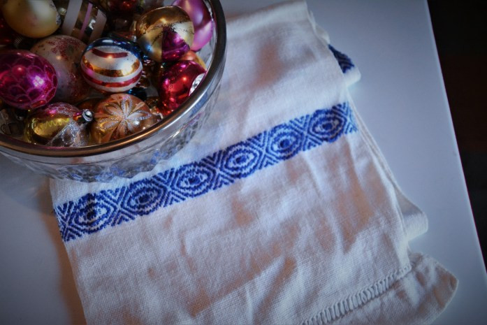 blue white table runner