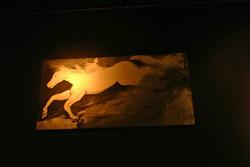 千年前の川を渡る馬