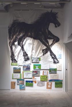 Route101ヶ月 相馬/横浜 2019年 和紙 キャンバス 木材 蹄鉄 他 Photo:Ken Kato Installation(paper,canvas,woods,horseshoes,ot