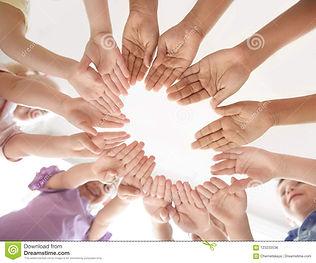 pequeños-niños-que-ponen-sus-manos-junta