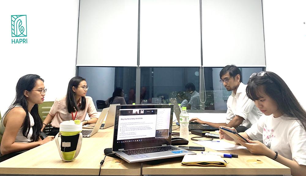 Hai diễn giả của KOI Capital và nhân viên HAPRI làm việc trong quá trình tổ chức webinar