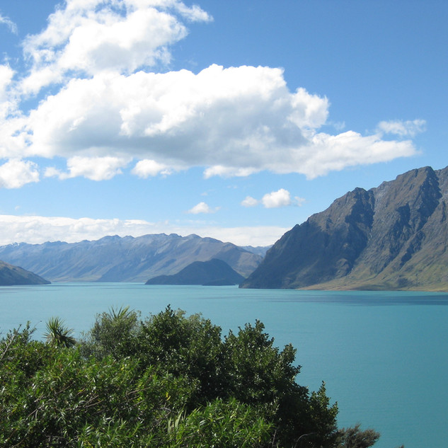 Wanaka lake and mountains LS.jpg