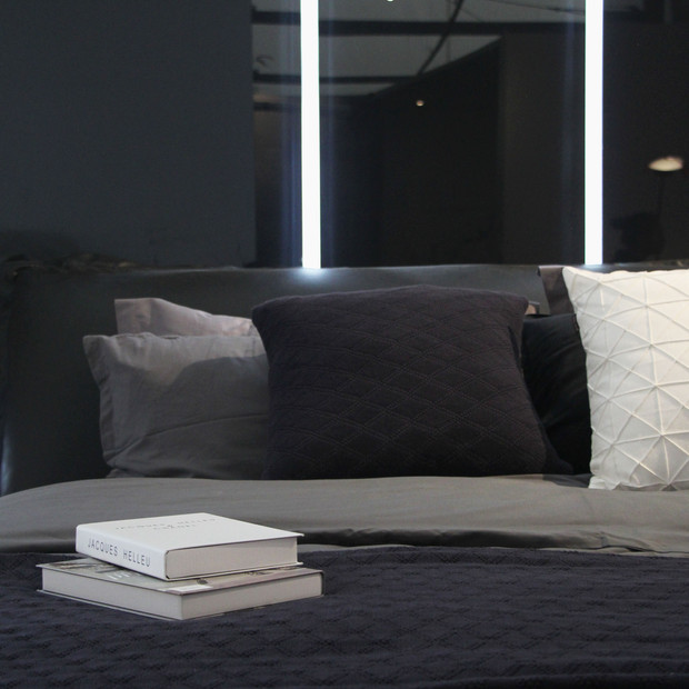 BED&GLASS WALL