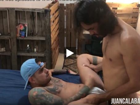  VÍDEO COMENDO GOSTOSO O CU DO MARRENTO TATUADO ATE GOZAR