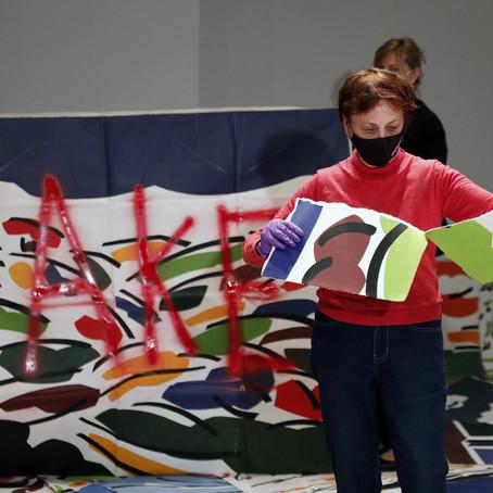 La artista Rosa Torres destruye 300 plagios de su obra.