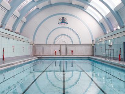 Poolside: las piscinas históricas de Soo Burnell.
